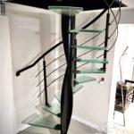 Nowoczesne kręcone schody szklane z metalowa balustrada wykonane przez Vitroglass
