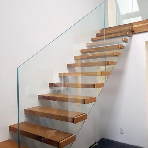 schody drewniane ze szklana balustrada firmy Vitroglass