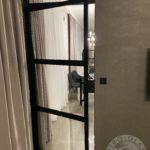 Przezroczyste drzwi szklane wykonane przez firmę Vitroglass