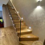 Nowoczesne schody drewniane z metalowa balustrada wykonane przez firmę Vitroglass