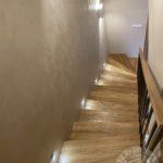 Nowoczesne drewniane solidne schody wykonane przez firmę Vitroglass