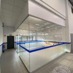 Nowoczesna szklana ścianka do biura z elementami kolorowymi firmy Vitroglass