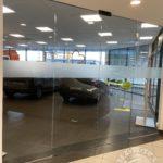 Szklana firmowa ścianka wykonana przez Vitroglass