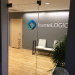 nowoczesny wystrój wnętrz do biura z użyciem szkła i drewna