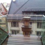 Balustrada szklana z użyciem srebrnego metalu na balkon