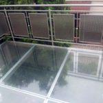Metalowa balustrada balkonowa i szklana podłoga