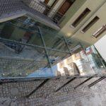 szklane daszki metalowych słupach nad wejściem