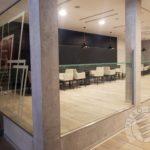 szklane ścianki z nadrukiem i niska szklana pomiędzy filarami do knajpy