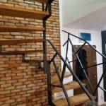 Nowoczesne schody kręcone z metalowa nowoczesna balustrada.jpg