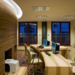 Meble z jasnego drewna biurko do biura