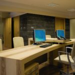 Wystroj wnetrz biura z uzyciem drewna firmy vitroglass