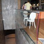 Szklana balustrada z elementami metalu do schodów
