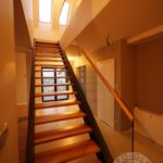 Drewniane schody ze szklana balustrada.jpg