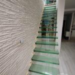 Schody szklane nowoczesne bez balustrady