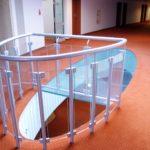 Metalowa balustrada z elementami szkła