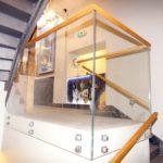 Balustrada szklana z elementami drewna do schodów