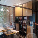 Wystroj wnetrz biura z użyciem drewna i szkła