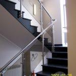 Balustrada szklana z elementami srebrnego metalu do schodów