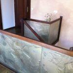 Nowoczesna balustrada szklana do schodów i tarasu z elementami drewna