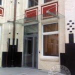 szklana balustrada wisząca na metalowych linkach nad drzwiami