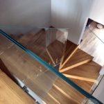 Kręcone schody ze szklana balustrada vitroglass