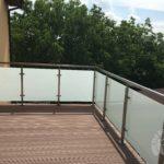Nowoczesna balustrada z elementami metalu na balkon