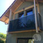 balustrada szklana balkonowa z elementami metalu