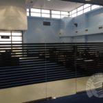 szklana ścianka biurowa z nadrukiem czarnych pasków