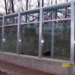 Balustrada metalowa ze szkłem po środku
