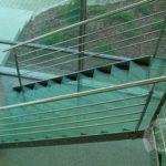 Schody szklane z metalowa balustrada