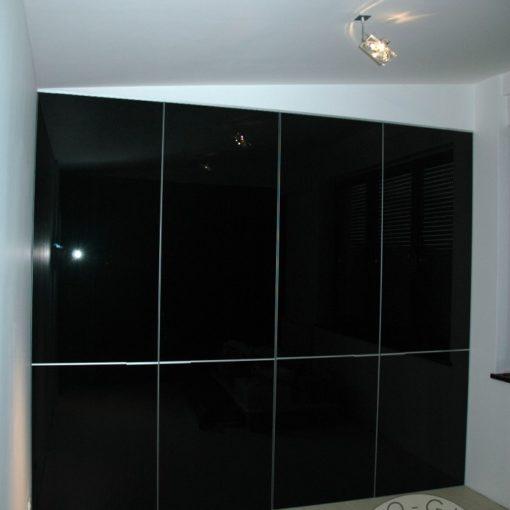 szafa wykonana z czarnego szkła wysokiej jakości i wykonania