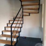 Drewniane kręcone schody wykonane z jasnego drewna i ze stalowa balustrada firmy vitroglass