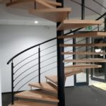 schody kręcone z metalowa balustrada wykonane ze szkła
