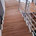 Nowoczesne schody drewniane z białymi balustradami