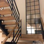 Nowoczesne schody drewniane ze stalowo-drewniana balustrada firmny vitroglass