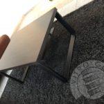 Stoliczek do kawy wykonany z drewna i stalowych nóżek firmy vitroglass
