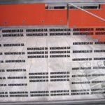 Balustrada szklana z częściami metalu i tekstem