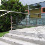 Balustrada szklana z częściami metalu i tekstem do schodów