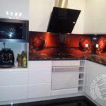 Nowoczesny wygląd kuchni meble z użyciem białego drewna i szkła.