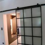 Przesuwane nowoczesne drzwi szklane wykonane przez firmę Vitroglass