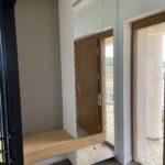 zdjecie do portfolio szafy drewnianej z lustrem w przedpokoju