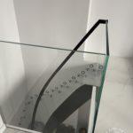 Schody szklane ze stalowa poręczą