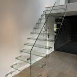 Widok z frontu schodów szklanych