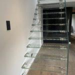 Widok z frontu szklanych schodów firmy Vitroglass