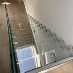 Widok z góry schodów szklanych