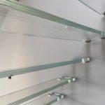 Widok z bliska schodów szklanych